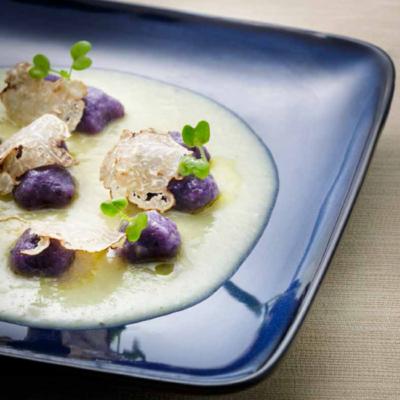Gnocchi di patata viola su crema di porri, castagne e tartufo