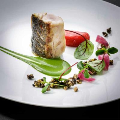 Filetti di spigola con olive e rucola